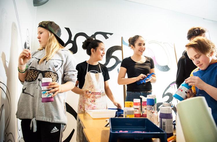 Elever från Fryshusets grundskola Stockholm som målar