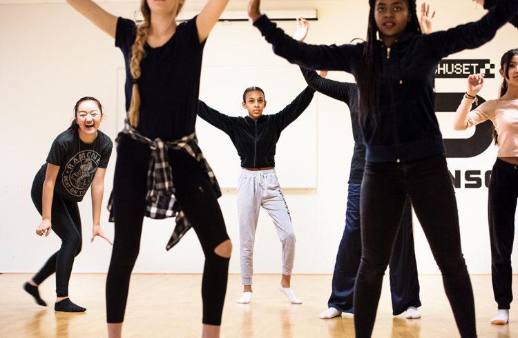 Elever som dansar